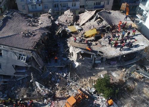 elazig-depreminde-yaralar-sarilirken-gosteril